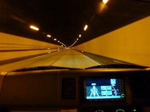 KONG、トンネル内を爆走