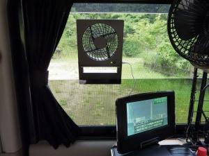 網戸に挟んだ扇風機