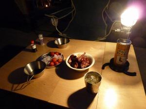 キャンプディナーのテーブル
