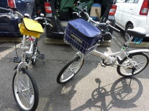 二台の折りたたみ自転