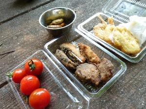 残り物惣菜とミニトマト