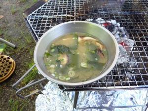 焚き火台でインスタント味噌汁