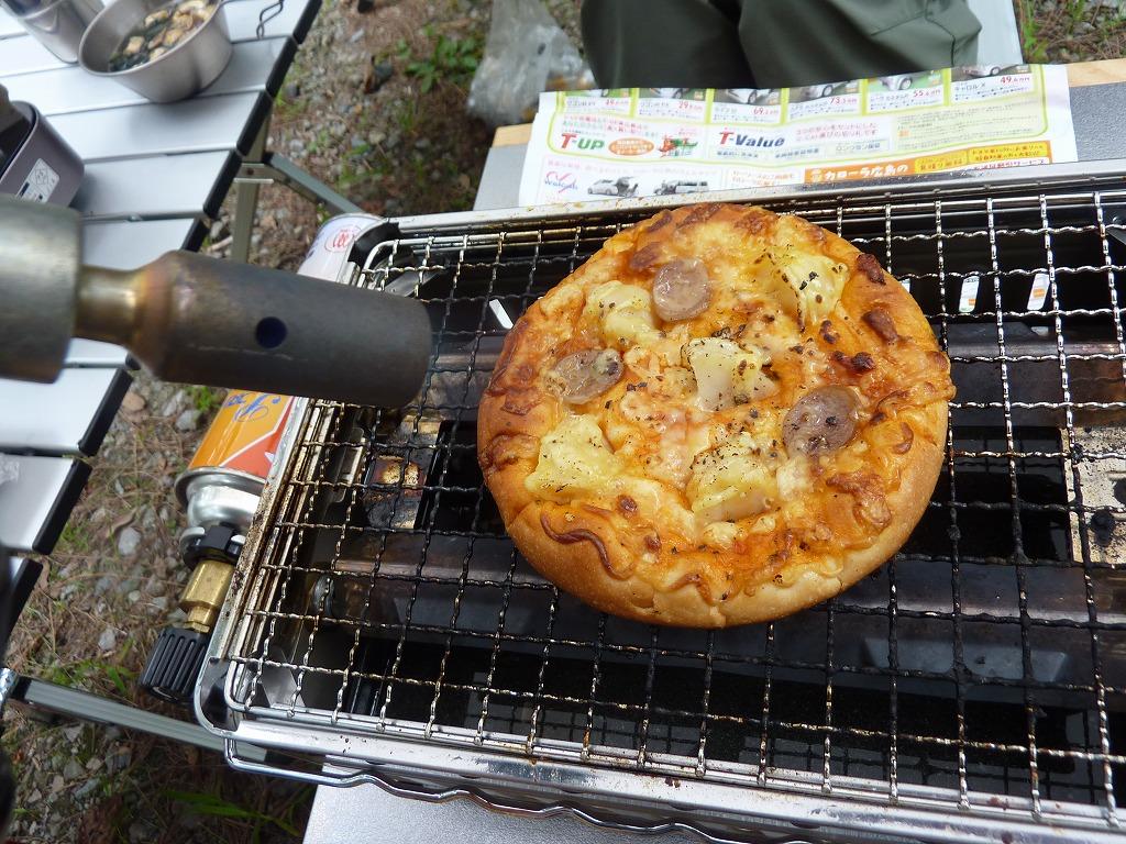 バーナーでピザパンを炙る