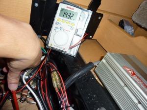 オルタネーターの電圧を確認