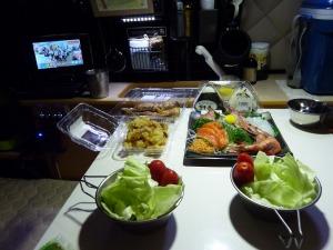 刺身と惣菜で夕食_2
