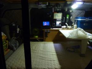 網戸の奥のKONGの室内