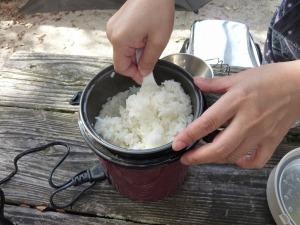 炊き上がったご飯を混ぜる