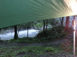 タープから見る増水した川_20140713