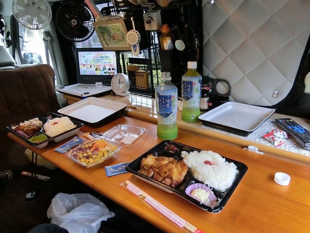昼食は軽キャンの車内で弁当_20141109