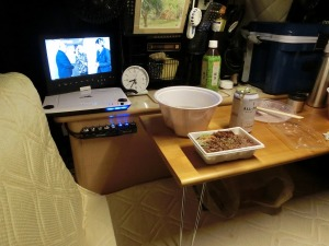フェリー待ちの軽キャンで夕食_20141010