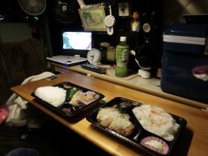 軽キャンの車内で夕食_20141113
