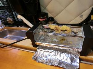 焼鳥機で惣菜を温める_20150315
