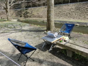 川沿いのキャンプ場で昼食_20150321