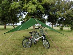 タープ下の自転車と朝食会場_20150524
