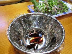 さしみ醤油のカップもラップで保護_20151229