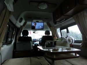 キャンピングカーの車内で休憩_20160919_r