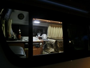 夕方のキャンカー車内を外から見て_20161120