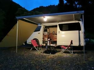 キャンプ場でサイドオーニングを展開_20170504r