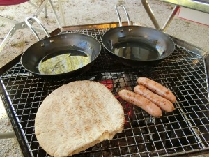 焚き火台でピタパンとソーセージ_20170423