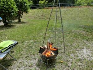 焚き火台で薪をくべる_20170603