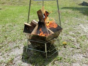焚き火台で薪をくべる_2_20170603