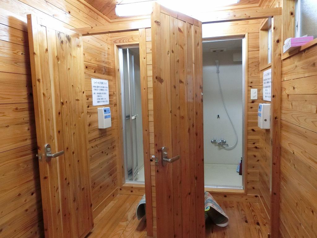 キャンプ場のシャワー室_20170715